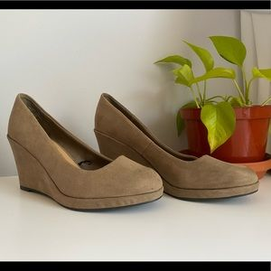 Suede wedge heels in fawn/sand